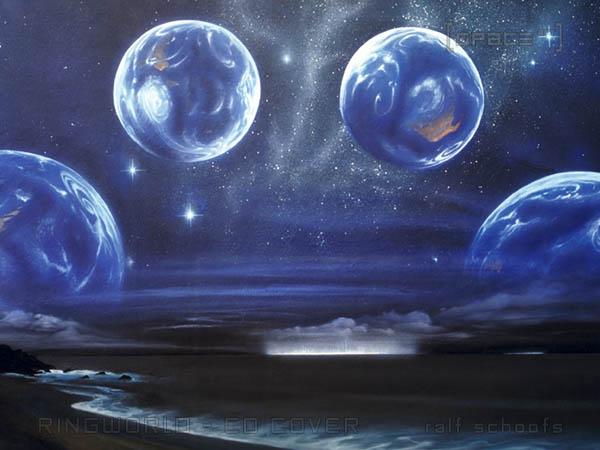 Über einem dunklen Meer schweben vier erdähnliche Planeten. Am Horizont erkennt man das Leuchten einer Stadt.