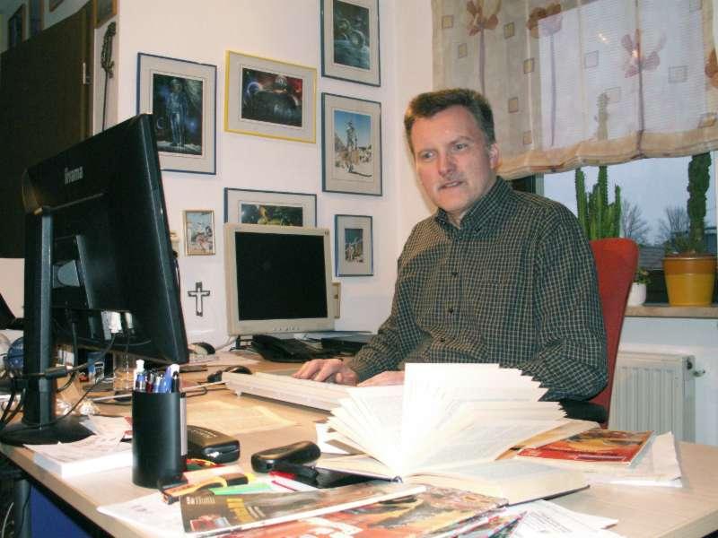 Perry Rhodan Autor Hubert Haensel an seinem Arbeitsplatz