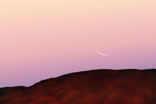 Mondsichel am frühen Morgen
